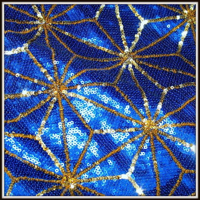 Geometrische Allover Pailletten in Kobaltblau-Gold