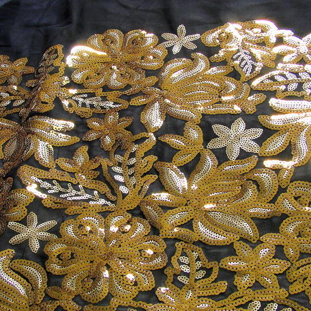 Gold und Silber Pailletten auf schwarzer Chiffon