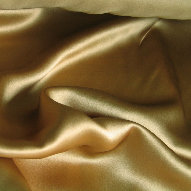 Hochwertiger 100% Seidensatin in Gold / Camel
