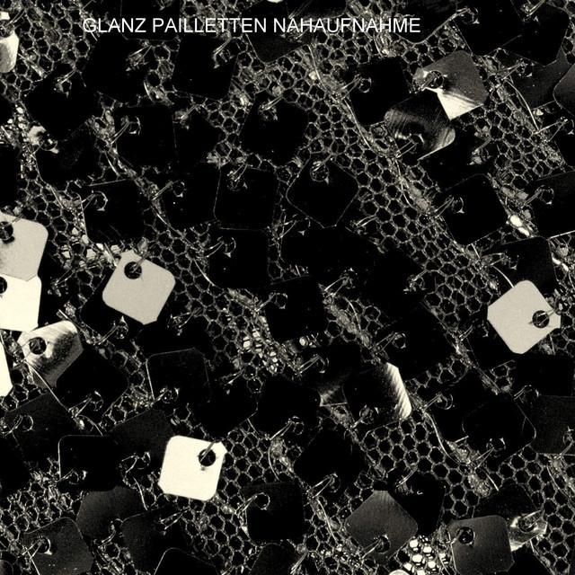 Karree Glanz Pailletten  auf schwarzen Tüll