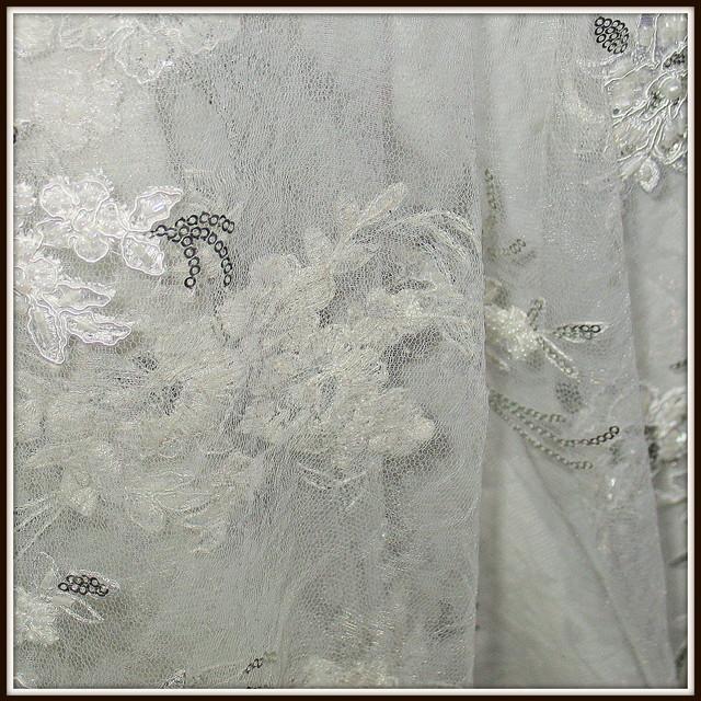Perlen Blumen Spitze auf Tüll in creme weiß.