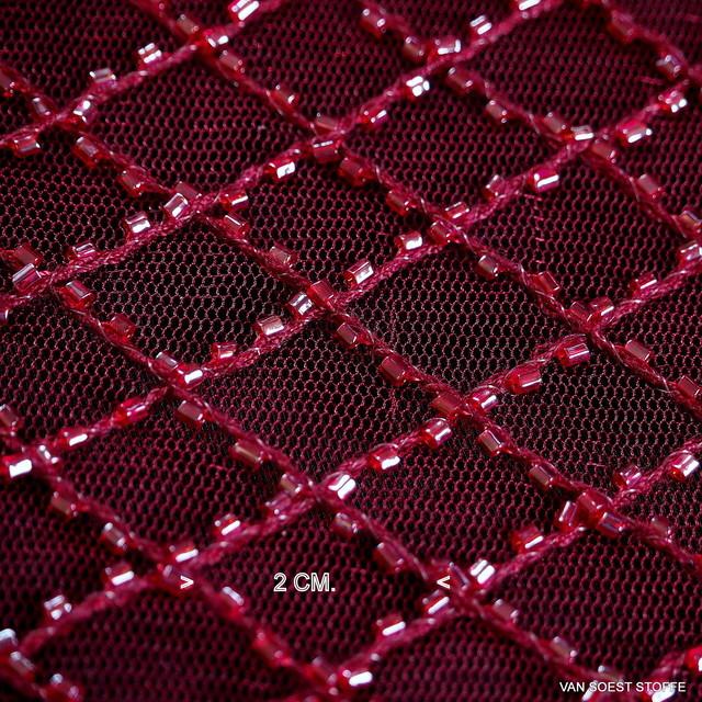 Romben in Burgund mit Mini Glanz Perl-Stäbchen auf Burgund Farbigen Tüll