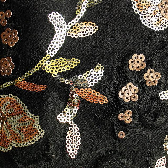 Schwarze Stickerei mit Mini Pailletten Blumen auf Jacquard Tüll.
