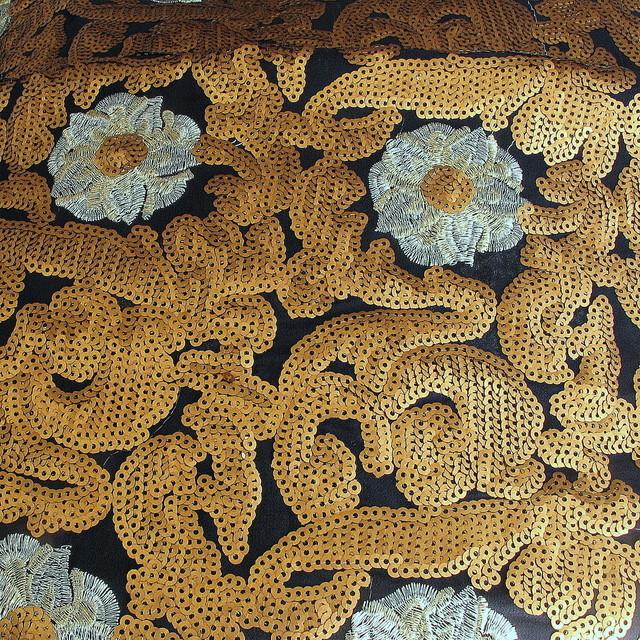 Silber Blumen mit  Goldene Pailletten auf Navy Chiffon