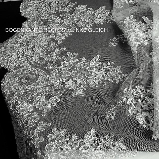 Ivory Blumenspize mit mini Pailletten auf Tüll