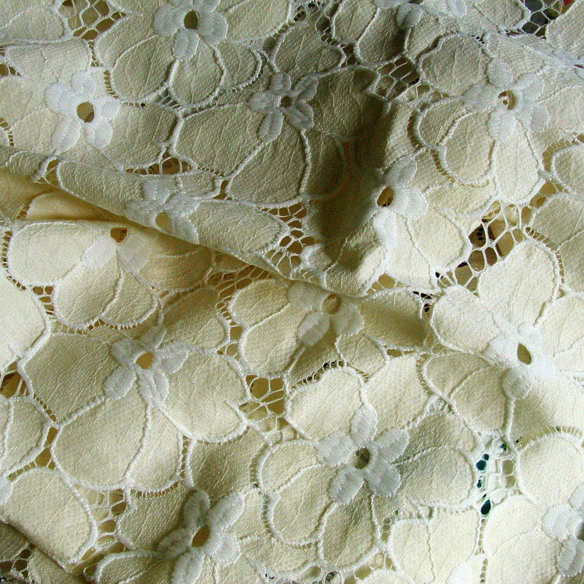 blumen spitze in creme wei bestickte spitzen pailletten raschel spitzen. Black Bedroom Furniture Sets. Home Design Ideas